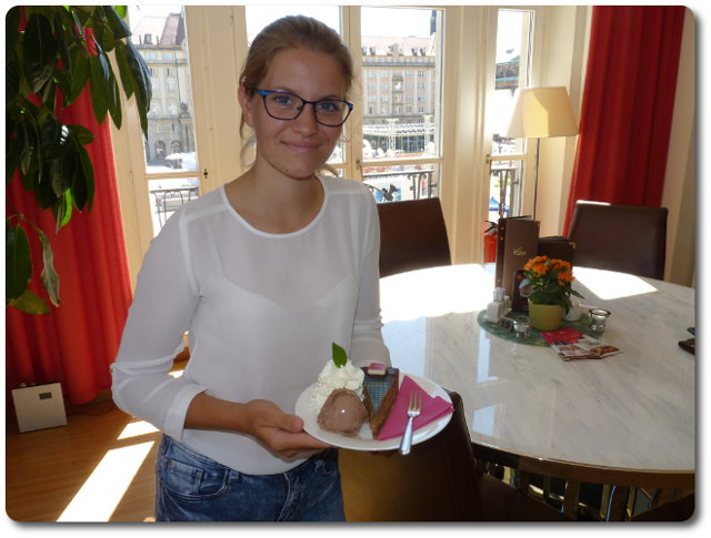 Erster Gast isst Nougat-Torte